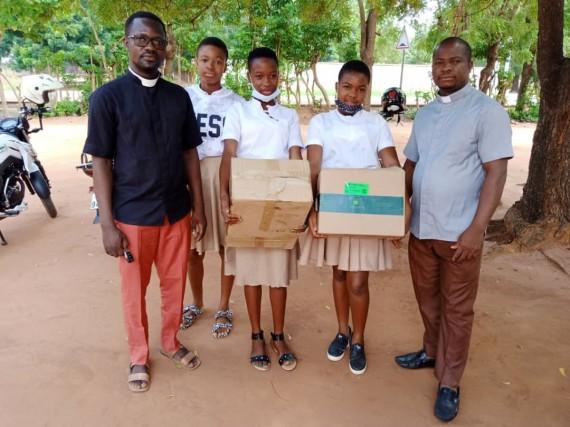 Dons de la JEC-ANEHO aux élèves.